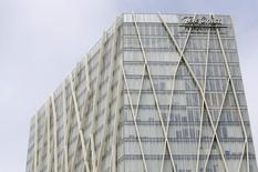 Bien lire 0,75 euro.  Telefonica confirme un dividende de 0,75 euro par action pour 2016 en dépit d'une dette qui augmente et d'un faible deuxième trimestre. /Photo d'archives/REUTERS/Albert Gea