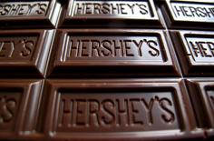 Шоколадная плитка Hershey's. Производитель шоколадной продукции Hershey Co отчитался о лучшей, чем ожидалось, квартальной прибыли, поскольку усиление спроса и сдвиг сроков поставок позволили увеличить продажи в Северной Америке, крупнейшем для компании рынке. REUTERS/Mike Blake/File Photo