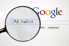 Поисковая страница Google через увеличительное стекло. Alphabet Inc, владелец Google, отчиталась, что усилия, направленные на смещение акцента масштабного рекламного бизнеса компании в сторону мобильных приложений, оправдали себя, так как прибыль во втором квартале уверенно превысила ожидания рынка.  REUTERS/Pawel Kopczynski/File Photo