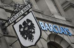 Barclays annonce un bénéfice imposable en baisse de 20% au premier semestre, les charges liées à la cession ou à la réduction des actifs jugés non stratégiques ayant pesé sur les résultats. /Photo d'archives/REUTERS/Toby Melville