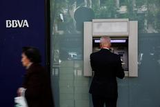 BBVA y Caixabank, segundo y tercer banco en España, anunciaron el viernes unos resultados semestrales superiores a lo previsto en un contexto de descenso en las provisiones mientras ambas exploran áreas de negocio con mayor margen. En la imagen de archivo, un hombre en un cajero de BBVA en Madrid, el 30 de abril de 2014. REUTERS/Susana Vera