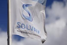 Solvay, qui a confirmé ses objectifs 2016 après une progression de 8% de son Ebitda sous-jacent au deuxième trimestre, gagne 4,98% vers 13h00. Au même moment, le CAC 40 est quasi inchangé  (+0,06% à 4.423,05 points). /Photo d'archives/REUTERS/François Lenoir