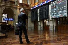 El Ibex-35 de la bolsa española ganó algo más de un uno por ciento en una jornada en la que más de una decena de compañías del Ibex presentaron resultados y en la que la deuda pública nacional marcaba las rentabilidades más bajas en 16 meses. En la imagen, un operador mira unas pantallas en la Bolsa de Madrid, España, el 29 de junio de 2015. REUTERS/Susana Vera