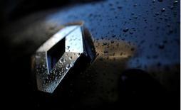 El logo de Renault en un vehículo en París, ene 14, 2016. La alianza entre las automotrices Renault y Nissan apuesta fuerte en Argentina para consolidar su presencia en el mercado local por lo cual elevó sus inversiones a 800 millones de dólares hasta 2018, dijo a periodistas el director ejecutivo de la unión.     REUTERS/Christian Hartmann/File Photo
