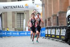 Jonathan e Alistair Brownlee durante prova em Estocolmo. 2/7/16.  REUTERS