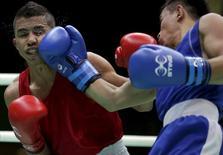 Venezuelano Martínez enfrenta Dusmatov, do Uzbequistão, em evento-teste no Rio.  4/12/2015. REUTERS/Ricardo Moraes