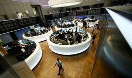 Les principales Bourses européennes ont ouvert en hausse lundi, sous l'impulsion du secteur bancaire après les résultats globalement positifs des tests de résistance dont les résultats ont été publiés vendredi soir par l'Autorité bancaire européenne. /Photo d'archives/REUTERS/Ralph Orlowski