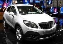Las ventas de coches siguieron en julio su tendencia alcista con un aumento interanual del 4,3 por ciento en las matriculaciones hasta las 107.306 unidades, dijo el lunes la patronal del sector Anfac. En la imagen de archivo, el modelo Mokka que fabrica en España la alemana Opel, la marca más vendida en julio, en una feria en Ginebra, el 4 de marzo de 2015. REUTERS/Arnd Wiegmann