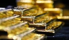 Слитки золота на заводе 'Oegussa' в Вене. 18 марта 2016 года. Золото дешевеет в понедельник, оторвавшись от достигнутого в предыдущей сессии трехнедельного максимума на фоне укрепления доллара и неопределенности в отношении процентных ставок ФРС США. REUTERS/Leonhard Foeger