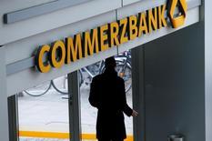 Штаб-квартира Commerzbank во Франкфурте-на-Майне. Commerzbank предупредил о снижении прибыли в этом году из-за осторожности клиентов и давления на выручку кредитора отрицательных процентных ставок Европейского центробанка.   REUTERS/Ralph Orlowski/File Photo