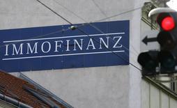 Логотип Immofinanz на доме в Вене. Инвестиционная O1 Group Бориса Минца объявила во вторник о закрытии сделки по продаже Immofinanz AG доли в CA Immo в рамках слияния двух австрийских девелоперов. REUTERS/Heinz-Peter Bader