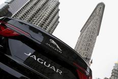 Автомобиль Jaguar XF Sedan. Нью-Йорк, 31 марта 2015 года. Британский автопроизводитель Jaguar Land Rover отзывает 2.152 автомобилей Jaguar в России из-за возможного отказа систем кондиционирования воздуха, охлаждения и усилителя руля, сообщил Росстандарт. REUTERS/Shannon Stapleton