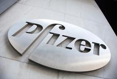 El logo de Pfizer visto en su sede en Nueva York. 28 de abril de 2014. Pfizer reportó resultados mejores de lo esperado en el segundo trimestre gracias a menores impuestos y a la demanda de nuevos medicamentos, aunque mantuvo sus pronósticos anteriores de ventas y ganancias para todo el año. REUTERS/Andrew Kelly/File photo