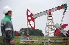 Un trabajador en un campo de petróleo de la compañía Bashneft, en Ufa, Rusia. 11 de julio de 2015. La producción de petróleo de Rusia subió en julio a 10,85 millones de barriles por día (bpd), gracias a un mayor bombeo en algunas de las principales petroleras del país, indicaron el martes datos del Ministerio de Energía. REUTERS/Sergei Karpukhin/File Photo
