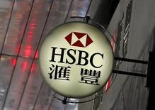 HSBC a fait état mercredi d'un repli, un peu plus prononcé que prévu, de 29% de son bénéfice imposable du premier semestre, les revenus générés par la première banque européenne ayant été plombés par une ralentissement de la croissance économique dans ses marchés clefs que sont la Grande-Bretagne et Hong Kong. /Photo d'archives/REUTERS/Bobby Yip