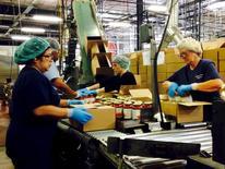 Trabajadores empacando frascos de salsa en la planta de Chelten House Products en Bridgeport, Nueva Jersey. 27 de julio de 2015. Los empleadores privados en Estados Unidos crearon 179.000 puestos de trabajo en julio, más de lo que se esperaba, mostró el miércoles el informe de un procesador de nóminas. REUTERS/Jonathan Spicer