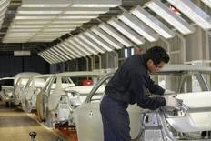 Imagen de archivo de un empleado en la planta de ensamblaje de Volkswagen en Puebla, México, ago 12, 2010. La industria de autopartes de México verá este año ventas récord por 86,000 millones de dólares, auxiliada en parte por el margen de ganancia que están teniendo las empresas exportadoras por la fuerte depreciación del peso, dijo el miércoles el presidente de la principal agrupación del sector.   REUTERS/Imelda Medina