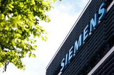 Siemens a annoncé jeudi avoir relevé, pour la deuxième fois de l'exercice, sa prévision de résultat 2015-2016, prenant acte de performances du seul troisième trimestre meilleures que prévu. /Photo prise le 14 jun 2016/REUTERS/Michaela Rehle