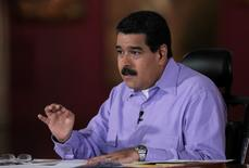 """El presidente de Venezuela, Nicolás Maduro, tomó juramento el miércoles a su nuevo vicepresidente de Economía, Carlos Faría, en momentos en que el país atraviesa una aguda crisis de inflación de tres dígitos, recesión y escasez de alimentos y medicinas. En la imagen, el mandatario venezolano durante su programa semanal """"En contacto con Maduro"""", en Caracas, el 26 de julio de 2016. Palacio Miraflores/Handout via REUTERS"""