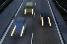Le marché automobile britannique est resté stable en juillet, se reprenant quelque peu après son recul de juin, la bonne tenue de la demande de la part des entreprises ayant compensé le quatrième recul de suite des ventes aux particuliers. /Photo d'archives/REUTERS/Eloy Alonso