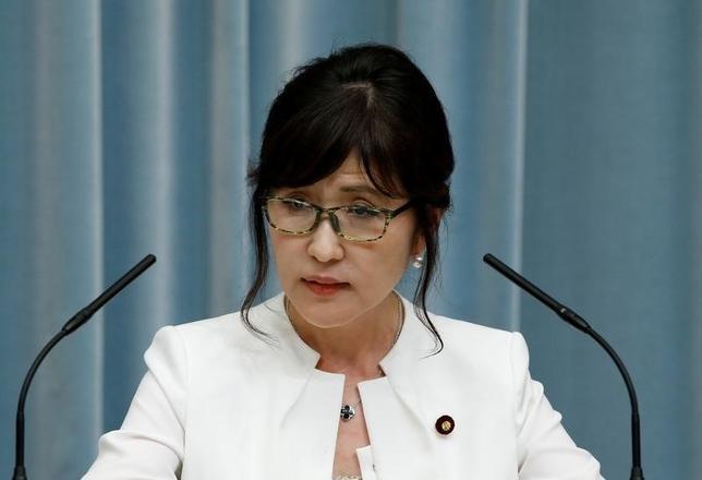 8月4日、稲田朋美防衛相(写真)は就任後初めて防衛省で会見した。過去の日本の戦争に対する認識を問われた稲田防衛相は、「侵略か侵略でないかは『評価』の問題であって、一概には言えない」などと述べ、明確な答えを避けた。3日撮影(2016年 ロイター/Kim Kyung-Hoon)