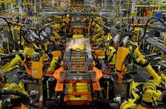 Brazos robóticos trabajando en la planta de ensamblaje de Ford en Claycomo, Misuri, Estados Unidos. 30 de abril de 2014. Los nuevos pedidos de bienes a fábricas de Estados Unidos cayeron por segundo mes consecutivo en junio por la debilidad de la demanda de equipos de transporte y bienes de capital, pero los signos de estabilización en el gasto empresarial ofrecen cierta esperanza para las atribuladas industrias. REUTERS/Dave Kaup