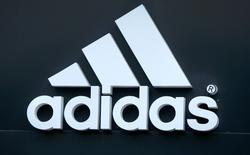 The logo of Adidas logo is seen on ta store in Yerevan, Armenia, June 23, 2016. El presidente ejecutivo de Adidas, Herbert Hainer, dijo el jueves que confía en que el fabricante alemán de artículos deportivos seguirá creciendo y mejorando su rentabilidad mientras se prepara para que el ex jefe de Henkel, Kasper Rorsted, asuma como nuevo líder de la compañía.  REUTERS/David Mdzinarishvili