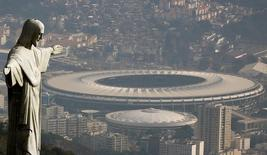 Uma foto aérea mostra o Cristo Redentor com o Estádio do Maracanã, onde acontecerá a cerimônia de abertura dos Jogos Olímpicos do Rio 2016, no Rio de Janeiro, Brasil 16/07/2016  REUTERS/Ricardo Moraes/Files