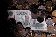 Рублевые монеты и купюры 7 июня 2016 года. Рубль показывает незначительные изменения утром пятницы,  динамика и активность ограничены ожиданиями трудовой статистики США, которая может прояснить ситуацию с политикой ФРС на ближайшее время. REUTERS/Maxim Zmeyev/Illustration