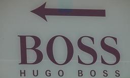 Логотип Hugo Boss на торговом центре Белая Дача недалеко от Москвы. Немецкий модный дом Hugo Boss в четверг отчитался о падении квартальной чистой прибыли на 84 процента и ухудшил годовой прогноз. REUTERS/Grigory Dukor