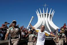 Ex-maratonista Vanderlei Cordeiro de Lima participa de revezamento da tocha olímpica em Brasília 03/05/2016  Andrea Morao/Rio2016/Handout via Reuters