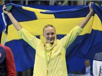 Nadadora sueca Sarah Sjostrom segura a bandeira na cerimônia de premiação dos 100 metros nado borboleta na Rio 2016 07/08/2016 REUTERS/Dominic Ebenbichler