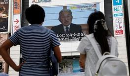 Люди на улице Токио смотрят обращение императора Акихито. 8 августа 2016 года. Восьмидесятидвухлетний японский император Акихито появился в понедельник в редком видеообращении и выразил опасение, что из-за возраста ему будет трудно выполнять возложенные на него обязанности в полном объёме. REUTERS/Kim Kyung-Hoon