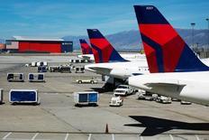 Delta Air Lines a annoncé lundi une reprise progressive de ses vols après une panne générale de son système informatique provoquée dans la nuit par une rupture d'alimentation électrique à Atlanta, aux Etats-Unis. /Photo d'archives/REUTERS/Lucas Jackson