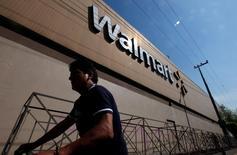 Магазин Wal-Mart в Мехико. Сеть американских универмагов Wal-Mart Stores Inc сообщила о намерении купить онлайн-ритейлера Jet.com за $3 миллиарда в рамках сделки, которая позволит сети составить лучшую конкуренцию Amazon.com и другим коммерческим онлайн-площадкам. REUTERS/Edgard Garrido/File Photo