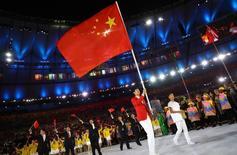 O porta-bandeira Lei Sheng da China lidera seu grupo na cerimônia de abertura 05/08/2016 REUTERS/Kai Pfaffenbach