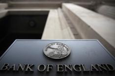 El funcionario del Banco de Inglaterra Ian McCafferty dijo que posiblemente se requerirá de un mayor alivio cuantitativo si empeora el deterioro económico de Reino Unido, informó el martes el periódico Times. En la imagen, un letrero fuera del Banco de Inglaterra en Londres, el 4 de agosto de 2016.   REUTERS/Neil Hall