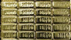 Слитки золота на заводе 'Oegussa' в Вене. 18 марта 2016 года. Золото во вторник немного дешевеет, поскольку опасения в том, что ФРС США может повысить ставки в этом году, подрывают интерес к металлу, хотя неопределенность с решением регулятора удерживает цены в узком диапазоне. REUTERS/Leonhard Foeger