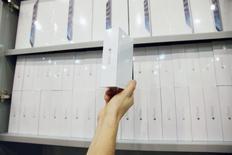 Коробки со смартфонами iPhone 6 в московском магазине. 26 сентября 2014 года. Apple Inc отвергла во вторник подозрения российского антимонопольного ведомства в установлении фиксированных цен на продукцию американского гиганта, заявив, что реселлеры устанавливают свои собственные цены. REUTERS/Maxim Shemetov
