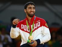 Khasan Khalmurzaev comemora ouro no Rio. 09/08/2016.  REUTERS/Kai Pfaffenbach