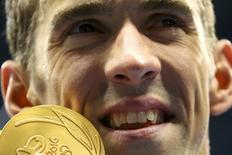 2016 Rio Olympics - Swimming - Victory Ceremony - Men's 200m Butterfly Victory Ceremony - Olympic Aquatics Stadium - Rio de Janeiro, Brazil - 09/08/2016. Michael Phelps (USA) of USA poses with his gold medal.  REUTERS/Jeremy Lee
