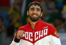 Российский дзюдоист Хасан Халмурзаев на церемонии награждения после победы на Олимпиаде в Рио-де-Жанейро. 9 августа 2016 года. Хасан Халмурзаев выиграл во вторник золотую медаль, а женская сборная по гимнастике стала второй в командном многоборье. REUTERS/Kai Pfaffenbach