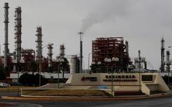 НПЗ мексиканской нефтяной компаниии Pemex в Мексике. Нефтяные фьючерсы снизились в среду на фоне беспокойства о перенасыщении мировых рынков, в то время как разговоры о возможной встрече стран-производителей для обсуждения поддержки цен оказали котировкам некоторую поддержку, но аналитики восприняли их со скепсисом. REUTERS/Daniel Becerril