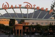 Главный вход Walt Disney Co. в Калифорнии. Квартальная прибыль и выручка Walt Disney Co превысила ожидания аналитиков благодаря успешным фильмам, и кинокомпания объявила, что покупает долю в компании, специализирующейся на технологии потокового видео, чтобы продавать больше контента клиентам напрямую. REUTERS/Fred Prouser