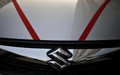 Fuji Heavy Industries a annoncé mercredi avoir vendu la totalité de sa participation dans Suzuki Motor, d'une valeur de 19,5 milliards de yens (173 millions d'euros), mettant ainsi fin à un accord de participations croisées qui liait les deux constructeurs automobiles japonais depuis la fin 1999. Lundi, Suzuki avait annoncé qu'il revendrait à Fuji Heavy les 13,7 millions d'actions ordinaires du groupe qu'il détenait depuis le début 2000. /Photo d'archives/REUTERS/Anindito Mukherjee