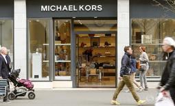Люди проходят мимо магазина Michael Kors в Цюрихе 5 апреля 2016 года. Michael Kors Holdings Ltd отчиталась в среду о более сильном, чем ожидалось, падении квартальных сопоставимых продаж, так как число покупателей в торговых центрах сократилось, а укрепление доллара заставляет туристов тратить меньше на сумки и аксессуары, производимые компанией. REUTERS/Arnd Wiegmann