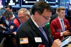Трейдеры на торгах Нью-Йоркской фондовой биржи 9 августа 2016 года. Фондовые индексы США в начале торгов среды слабо колеблются около уровней предыдущего закрытия, взяв паузу на следующий день после того, как S&P 500 и Nasdaq достигли рекордно высоких значений, а Dow закрылся всего на 0,4 процента ниже исторического максимума. REUTERS/Lucas Jackson