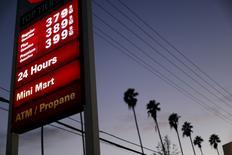 Los precios de los combustibles a la venta en una gasolinera 76 en Los Angeles, feb 4, 2016. Los precios del petróleo cayeron cerca de 2 por ciento el miércoles, luego de que el impacto del segundo mayor descenso semanal en los inventarios de gasolina en Estados Unidos este verano boreal fue contrarrestado por un inesperado aumento en las reservas de crudo en ese país.  REUTERS/Mario Anzuoni