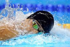 Michael Phelps nada com toca emprestada nos Jogos do Rio. 09/08/2016 REUTERS/Michael Dalder