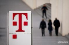 Deutsche Telekom a publié jeudi un bénéfice d'exploitation trimestriel courant en hausse de 8,6%, la bonne santé de ses activités aux Etats-Unis ayant permis de compenser le poids des investissements engagés dans la modernisation de ses réseaux en Allemagne. /Photo prise le 25 février 2016/REUTERS/Wolfgang Rattay